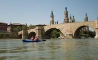 En piragua frente al Puente de Piedra y el Pilar
