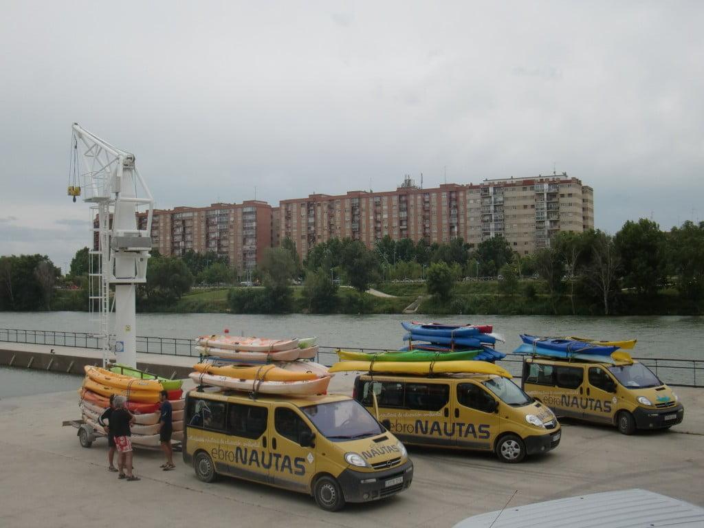 ebroNAUTAS dispone de una flota de furgonetas y de remolques para transportar hasta 100 plazas en piragua