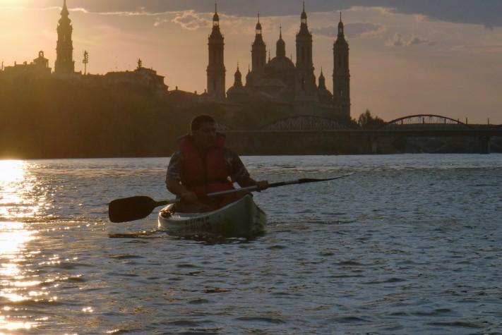En piragua por el Ebro en el tramo urbano de Zaragoza