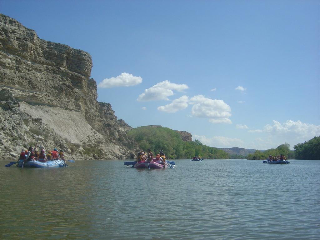 Actividad con escolares en rafting o balsas neumáticas en los escarpes del Ebro