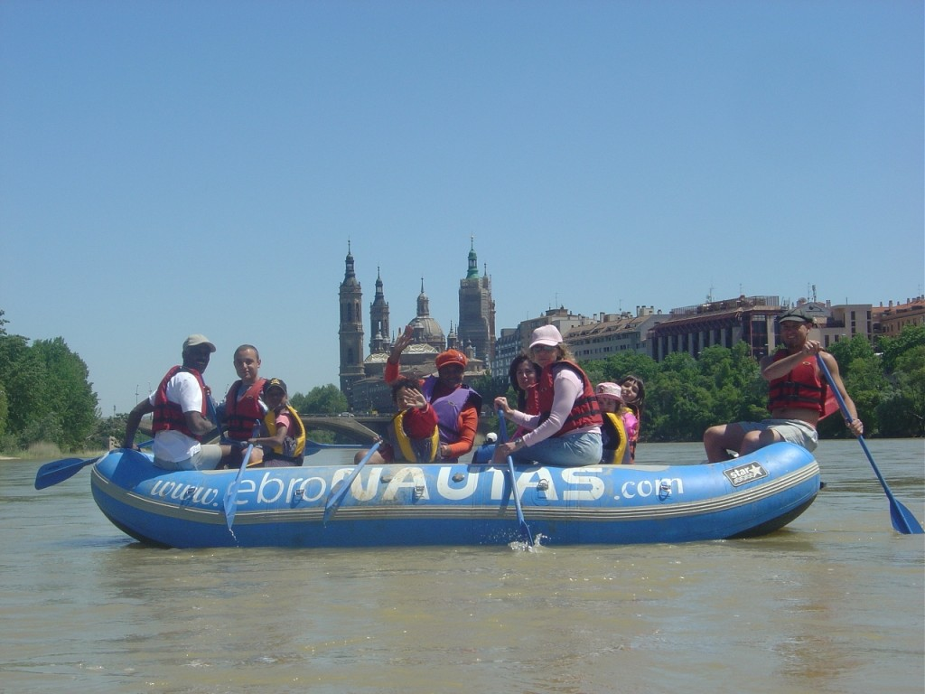 Family rafting in the urban branch of Zaragoza City