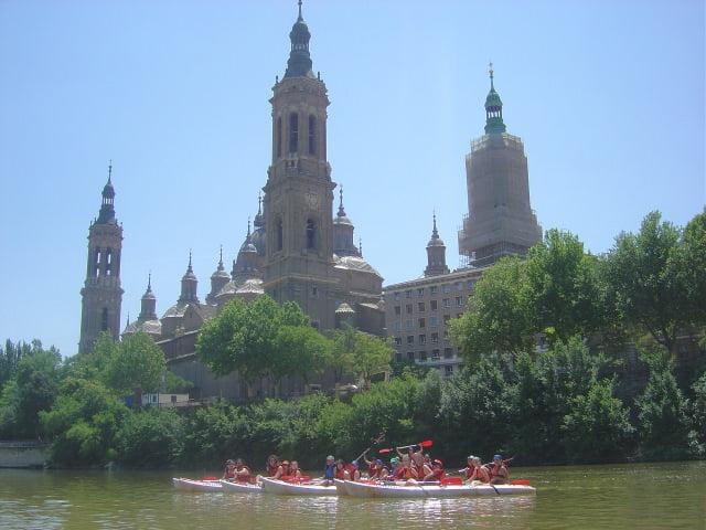 Piraguas frente al Pilar de Zaragoza, tramo urbano del Ebro