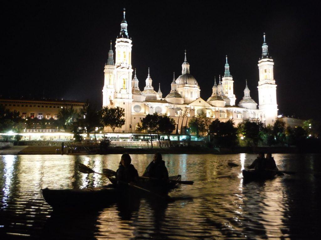 Desembarcamos al anochecer, tras disfrutar de los reflejos del Pilar, los monumentos y los puentes más representativos de la ciudad iluminados.