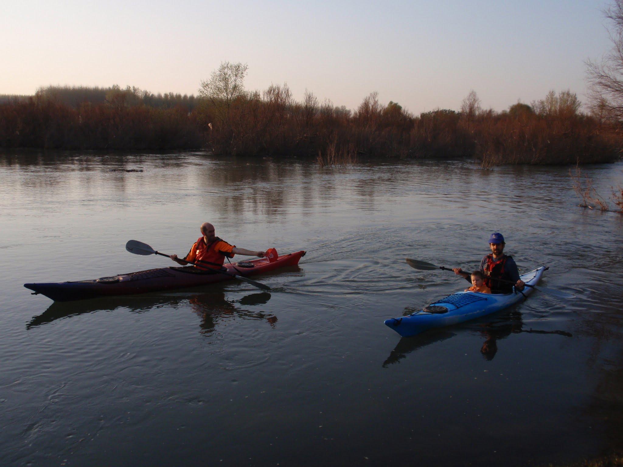 Las travesías se realizan en piraguas-kayaks específicos, dotados de tambuchos estancos para transportar todo lo necesario.